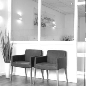 Zahnarztpraxis Wartezimmer mit Stühlen
