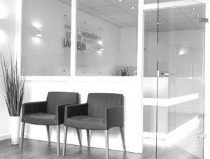 Wartezimmer mit zwei Stühlen