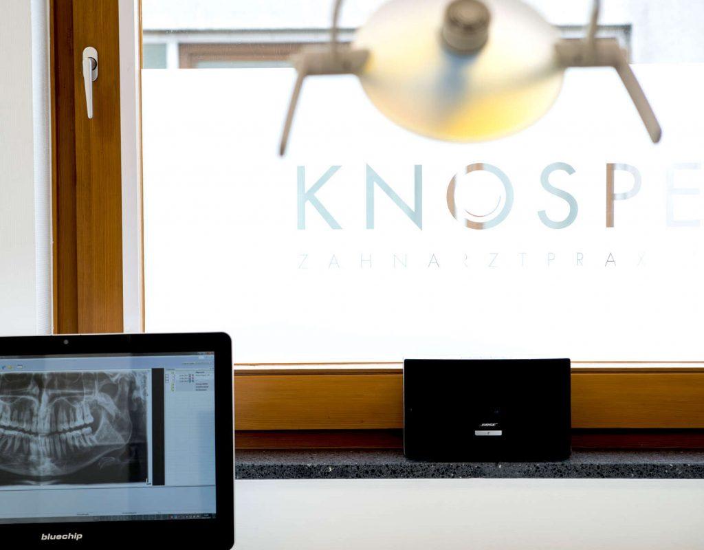Behandlungsraum mit Blick auf Röntgenbild und Fenster